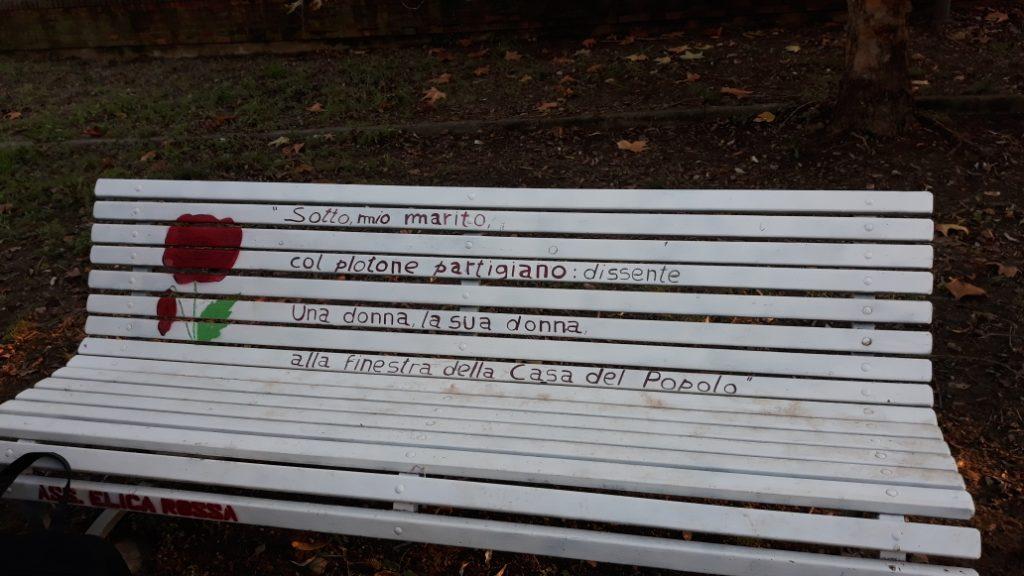 Panchina nel parco dietro Via Ippodromo 16 a Milano dedicata a Emma Fighetti Quinteri
